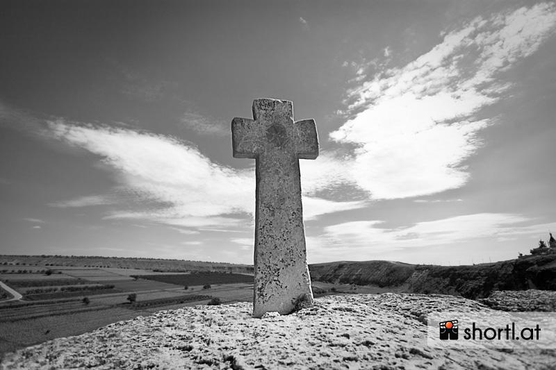 Ein steinernes Kreuz in einem Kloster von Moldawien