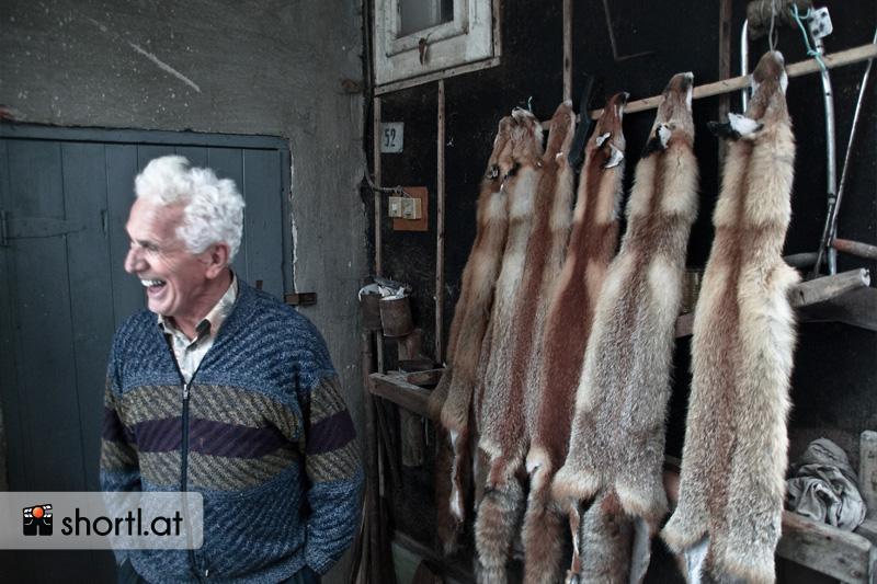 Ein alter Ukrainer mit Fuchsfellen