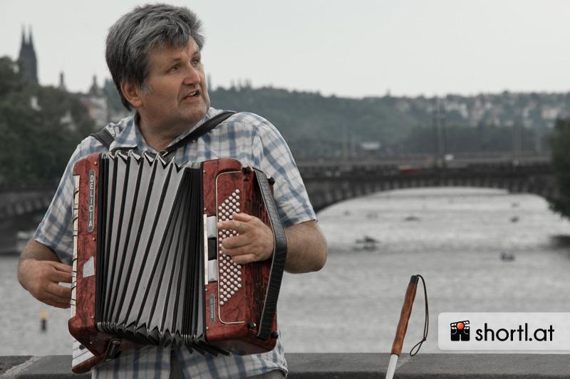 Ein blinder Straßenmusiker in Prag