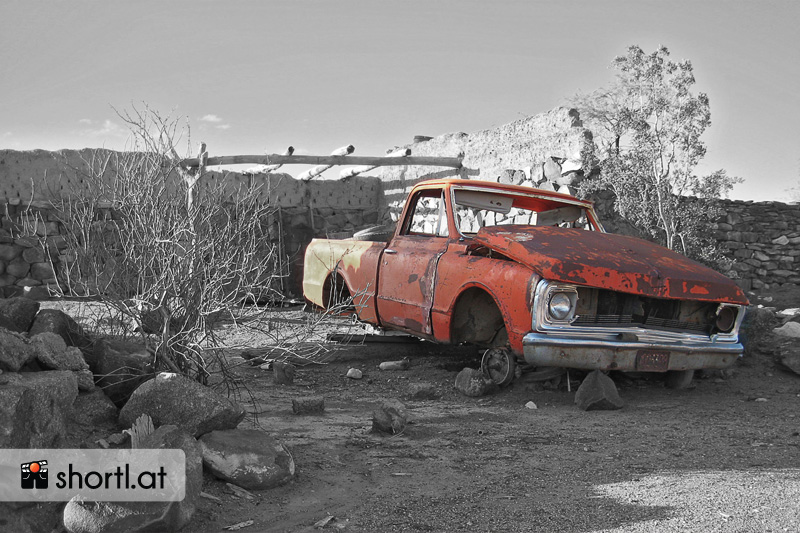 Ein kaputtes Auto in einem argentinischen Hinterhof