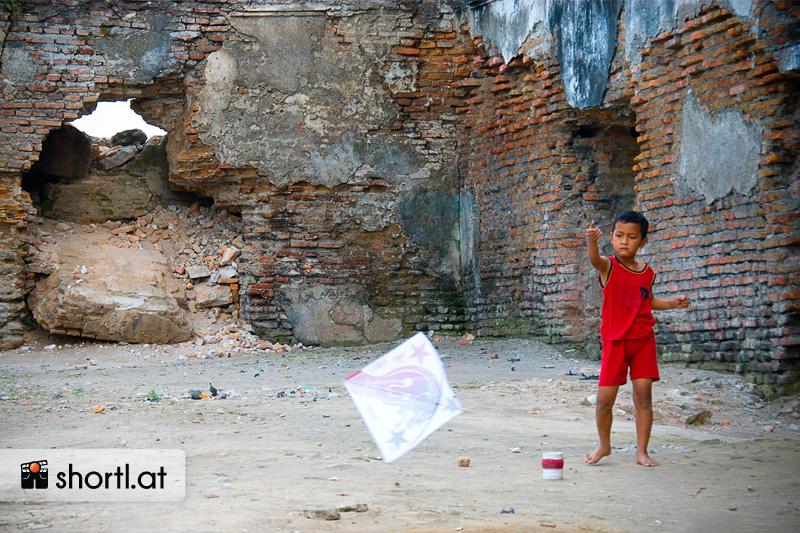 Ein Junge lässt in Yogyakartaseinen Drachen steigen